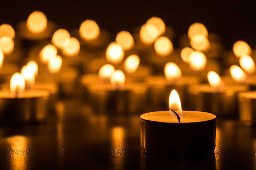La iluminación de las velas en una exposición artística incide en el éxito de la misma